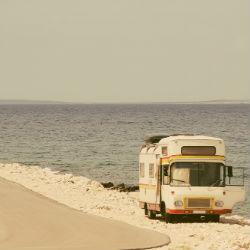 Alter Bus steht am Meer