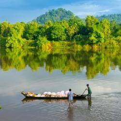 Einheimische auf einem Fluss in Madagaskar