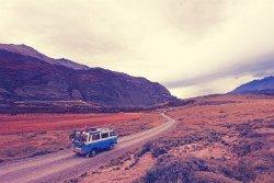 Bulli fährt durch die Wüste von Amerika