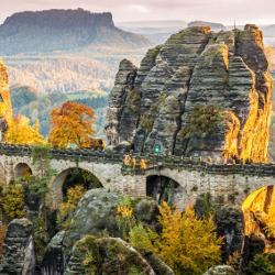 Blick auf eine Steinbrücke im Elbsandsteingebirge bei einem Sonnenuntergang