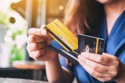 Frau hat eine Hand voll Kreditkarten in der Hand