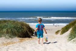 Junge geht zum Strand