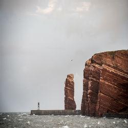Die lange Anna vor Helgoland bei grauem Himmel