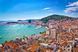Totale der Stadt Dalmatia mit Blick auf den Hafen und die Küste