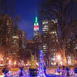 Die Straßen New Yorks bei Weihnachtsbeleuchtung