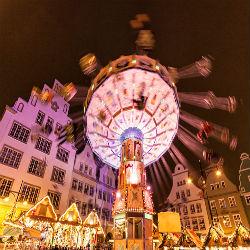 Kettenkarussel auf dem Weihnachtsmarkt in Rostock unter festlicher Beleuchtung