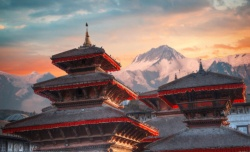 Tempel in Kathmandu vor einem großen Berg